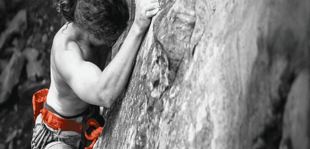 Un alpiniste escaladant une montagne
