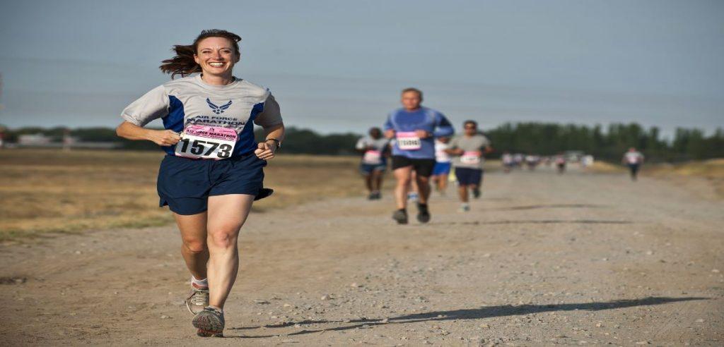 Des athlètes en compétition qui courent dans un sentier battu