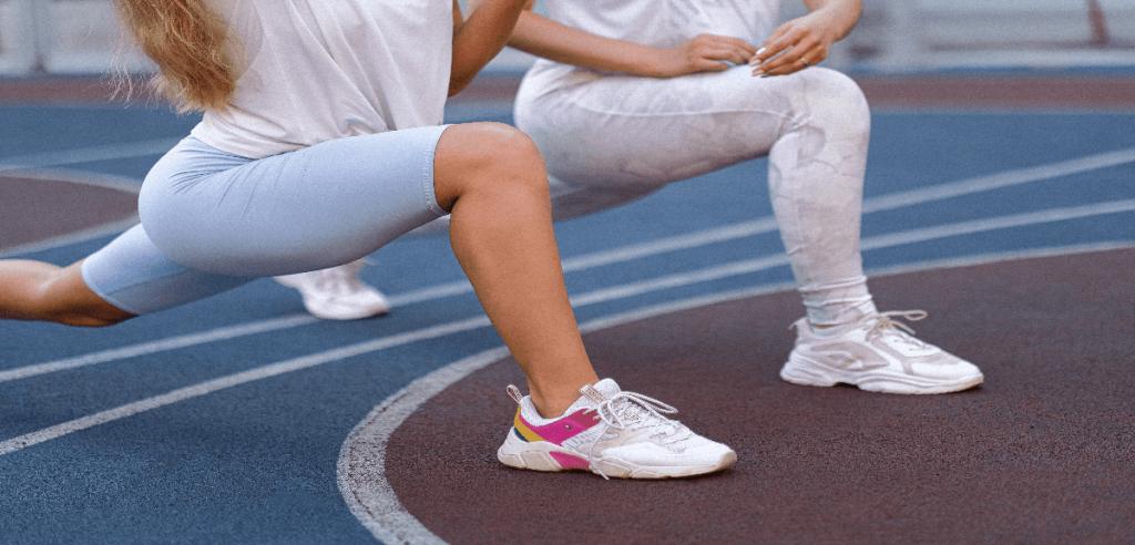 Etirement après une activité physique intense de deux sportives