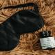 Un masque et un flacon d'huile de chanvre