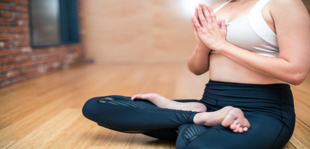 Une jeune femme en pleine méditation pour se relaxer