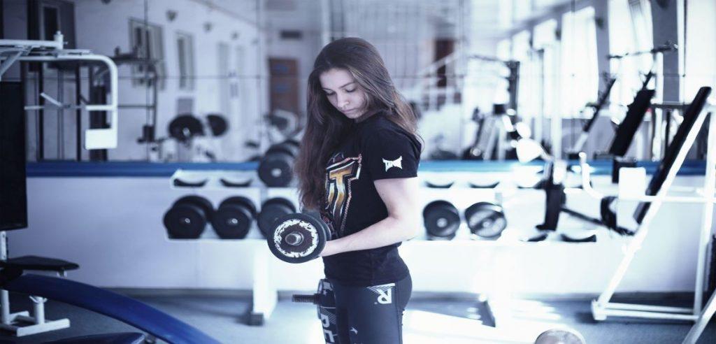 Une sportive faisant son entraînement quotidien dans une salle de sport