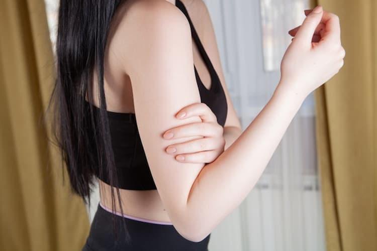 sportive qui se tient le bras à cause d'une douleur, cbd et inflammation