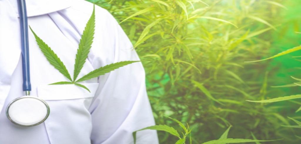 blouse de docteur avec feuille de cannabis