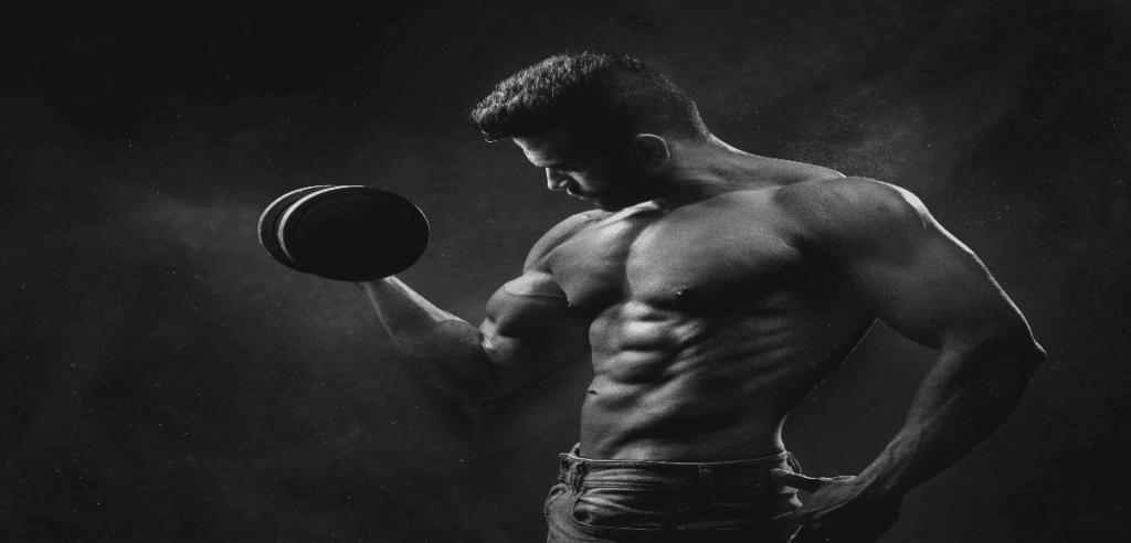 Une séance de musculation d'un homme sportif