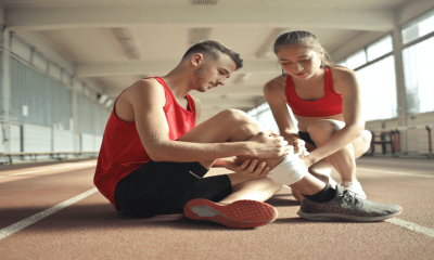 Deux athlètes qui s'entraide lors d'une blessure