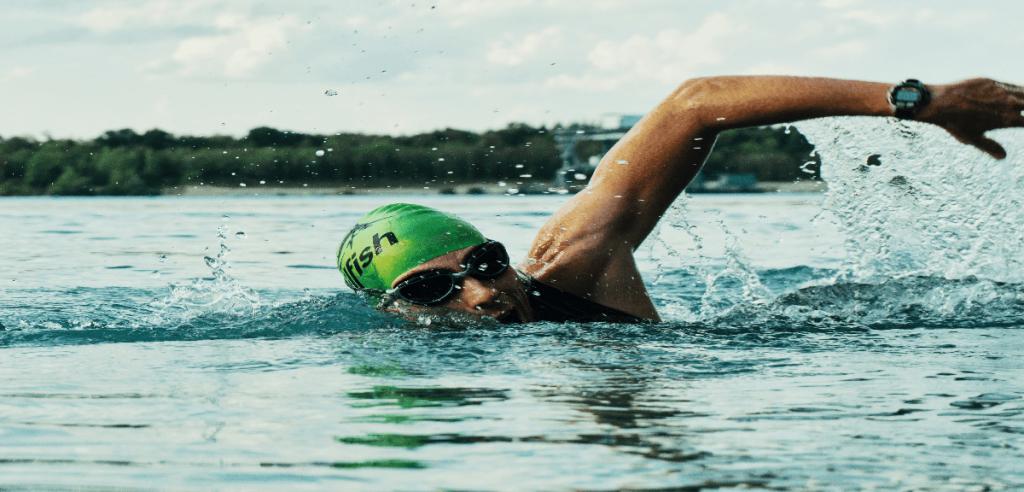 Un nageur professionnel en pleine compétition