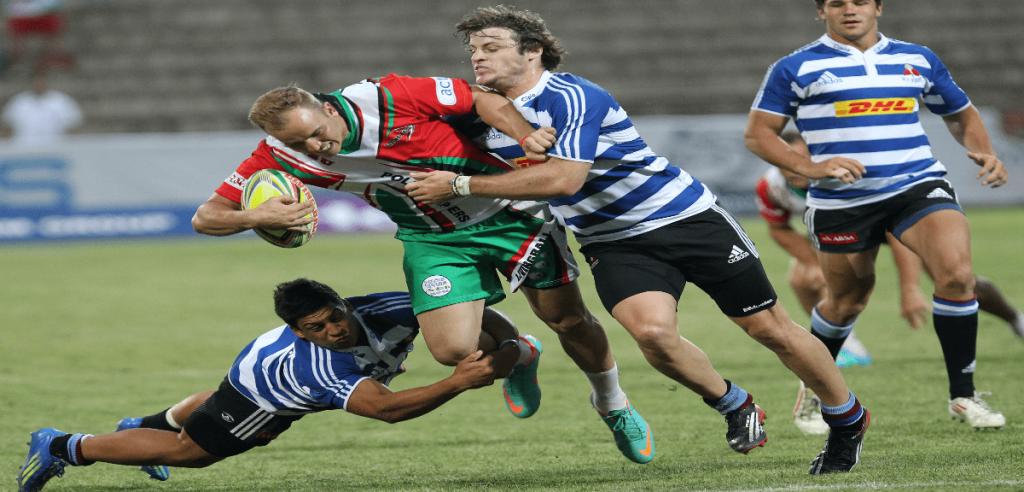 Des rugbymen en train de récupérer la balle de rugby