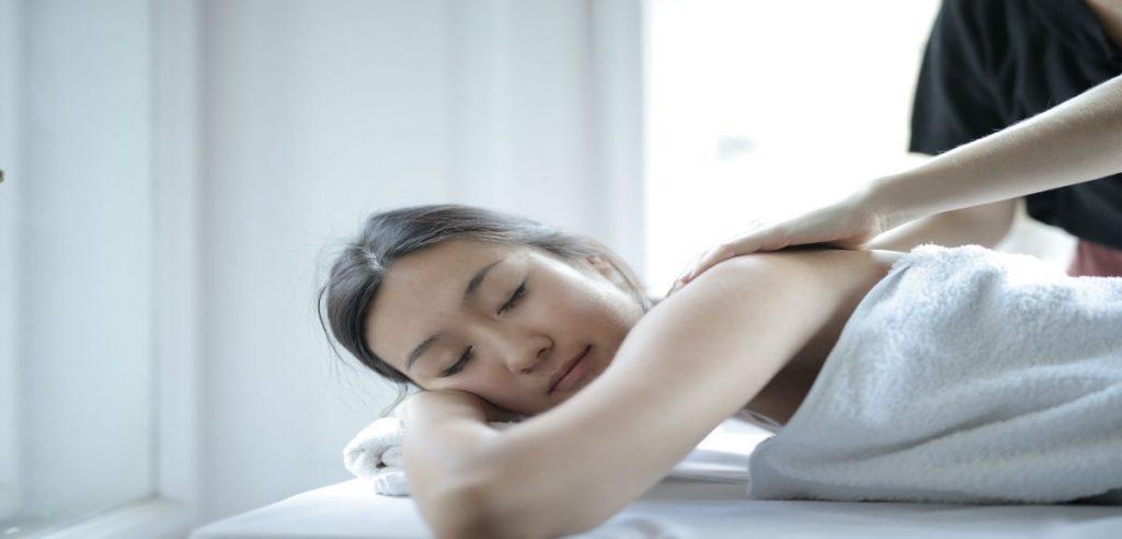 séance de massage d'une fille avec de l'huile cbd