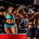 Une bodybuilder en plein entraînement