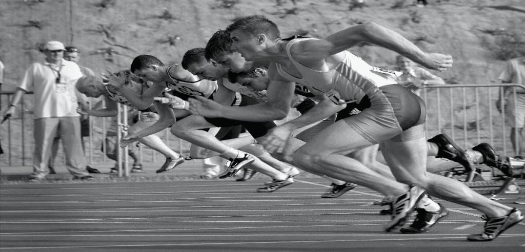 Des athlètes au départ d'une course