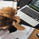 Stress et manque de concentration au travail d'une femme