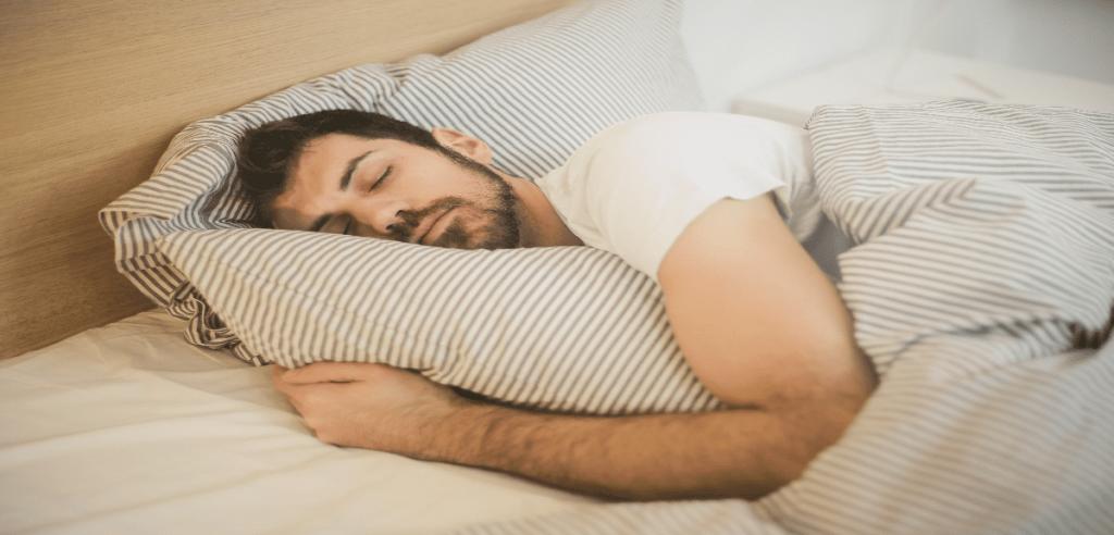 Un homme endormi paisiblement dans son lit