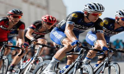 Des cyclistes professionnels en pleine course